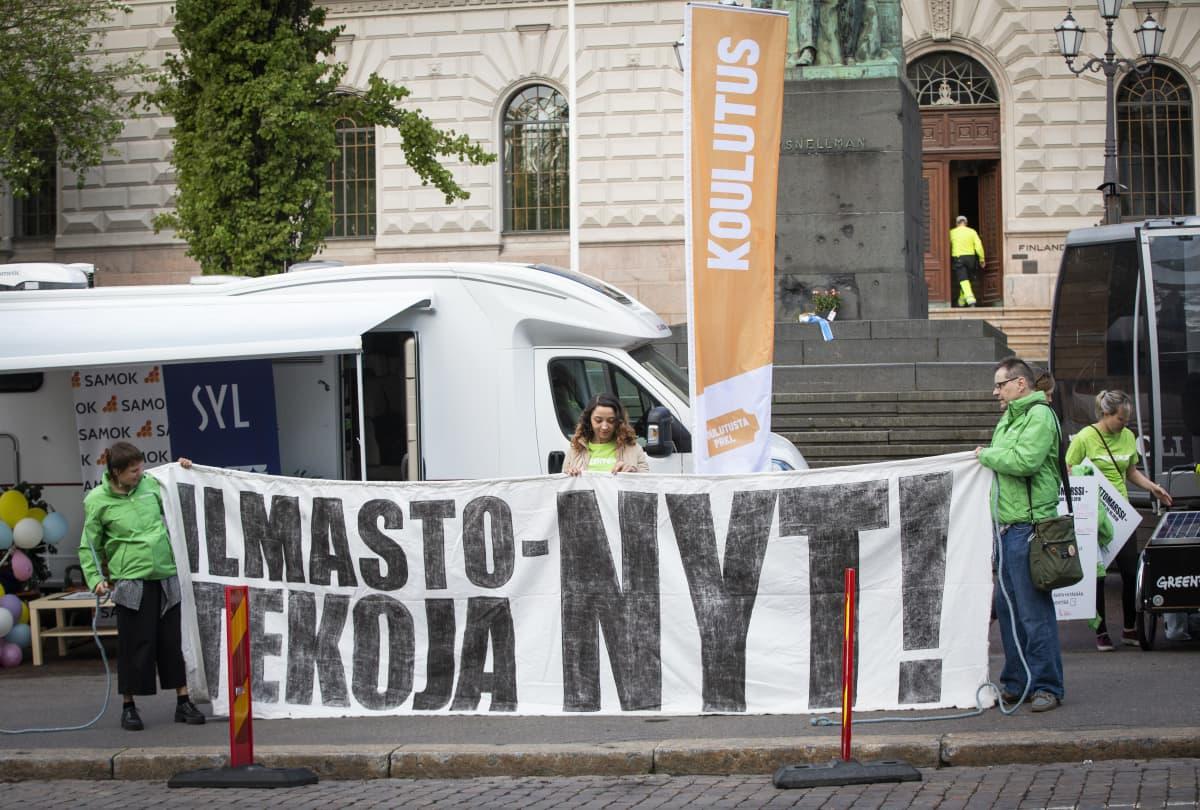 Greenpeacen mielenosoitus Säätytalon edessä.