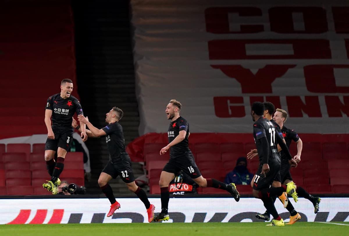Tomas Holes hyppää ilmaan juhliessaan tasoitusosumaansa Arsenalia vastaan Eurooppa-liigassa. Joukkuekaverit juoksevat Holesin luokse juhlimaan.