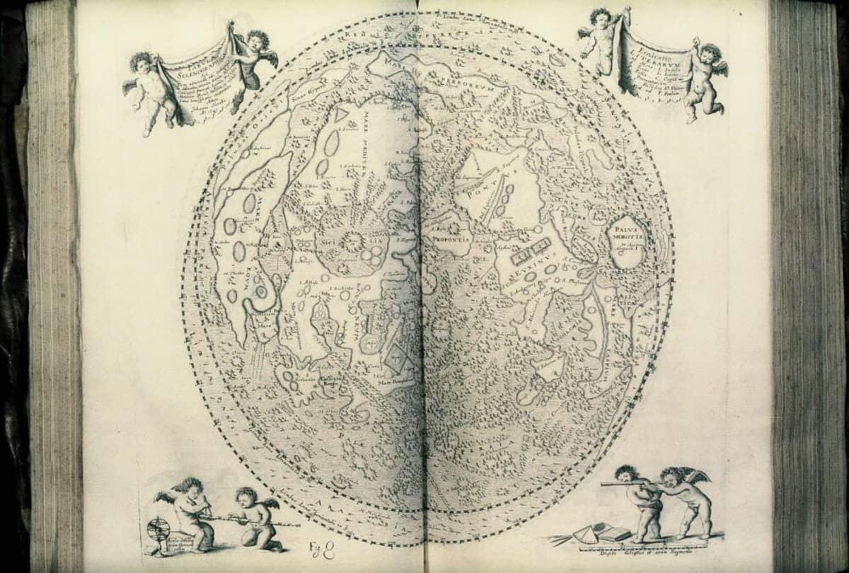 Kirjan aukeama, jossa on Kuun alueita nimettyinä. Kartan ympäörillä lentää enkeleitä.