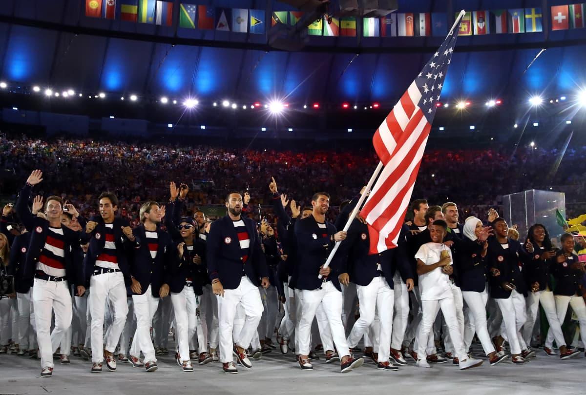 Yhdysvaltain joukkue astelee avajaisseremoniaan Rion olympialaisissa 2016