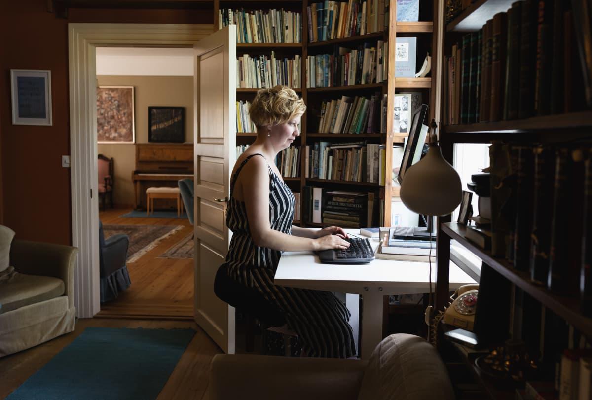 Marianna Kurtto kirjoittaa Eeva Joenpellon kirjailijakodin kirjastossa.