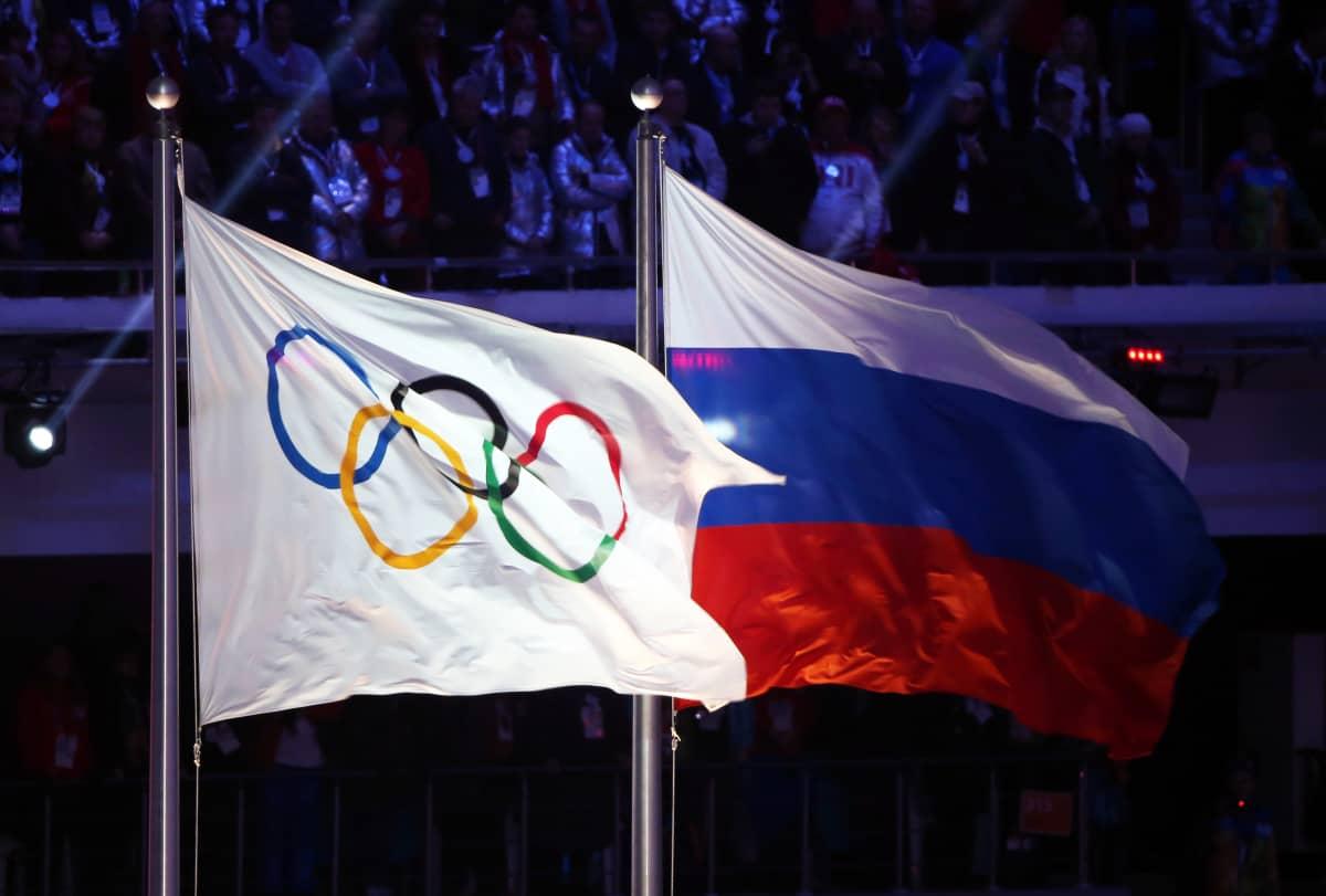 Venäjän lippu ja olympialippu Sotshin olympialaisissa 2014.