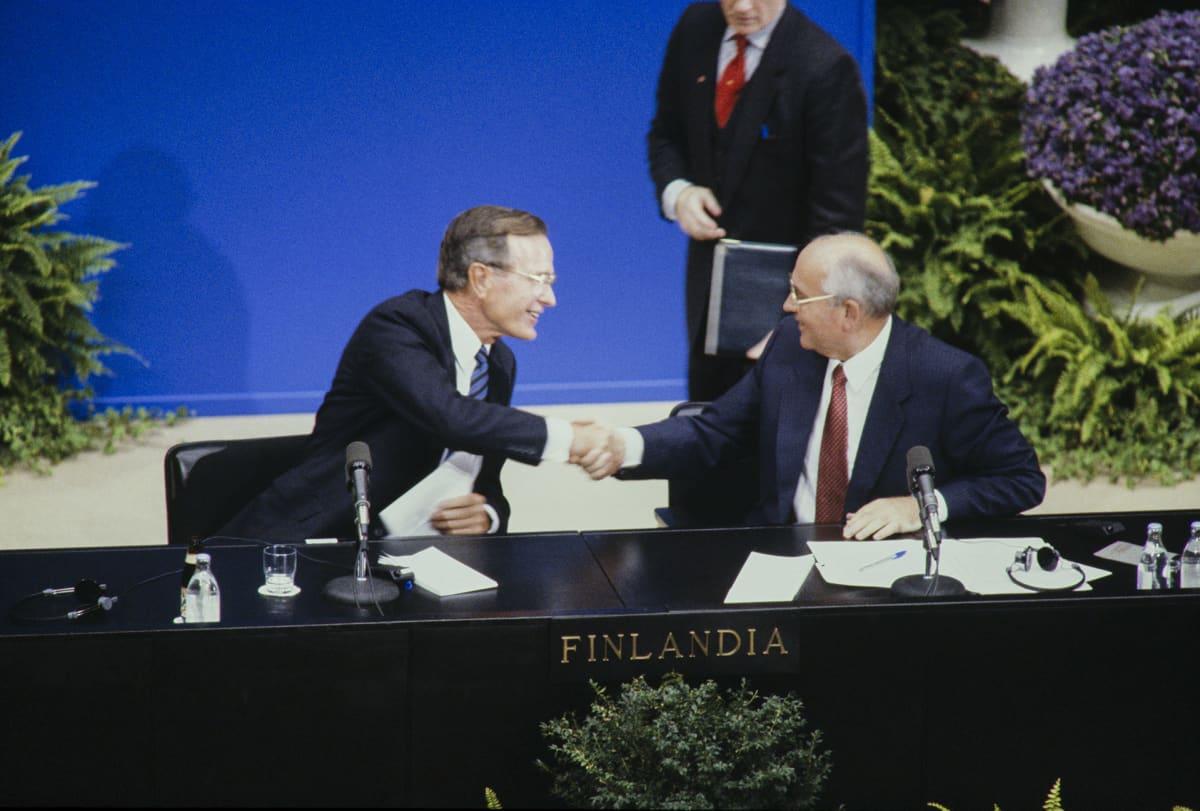 George Bush ja Mihail Gorbatshov vastaamassa tiedotusvälineiden kysymyksiin.