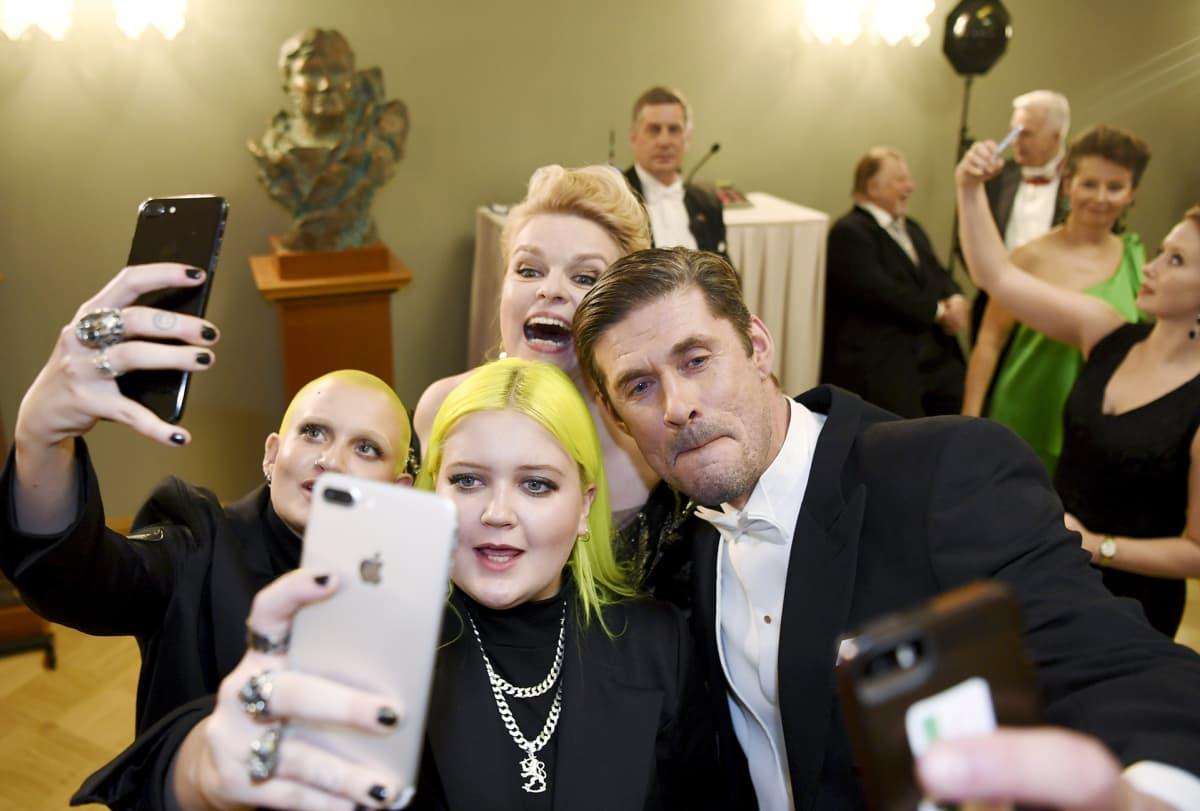 Muusikot Alma ja siskonsa Anna, sekä näyttelijät Elina Knihtilä ja Tommi Korpela ottavat selfieitä Suomen 100-vuotisjuhlavuoden itsenäisyyspäivän vastaanotolla Helsingissä.