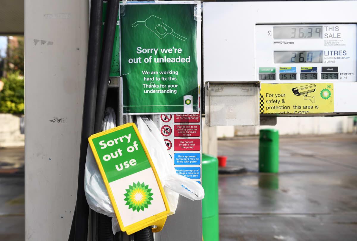 Suljettu bensa-asema Lontoossa.