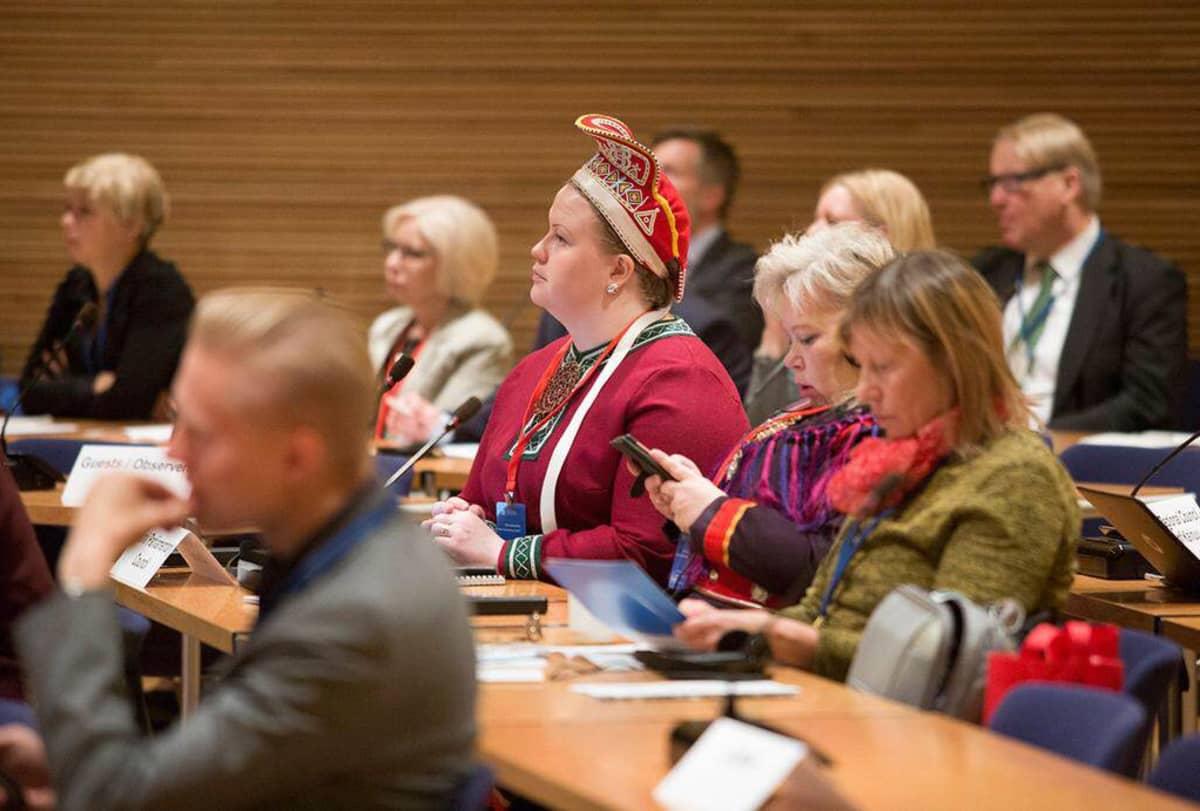 Suoma sámedikki ságadoalli Tiina Sanila-Aikio Helssegis Barents guovllu parlamentáralaš konferánssas.