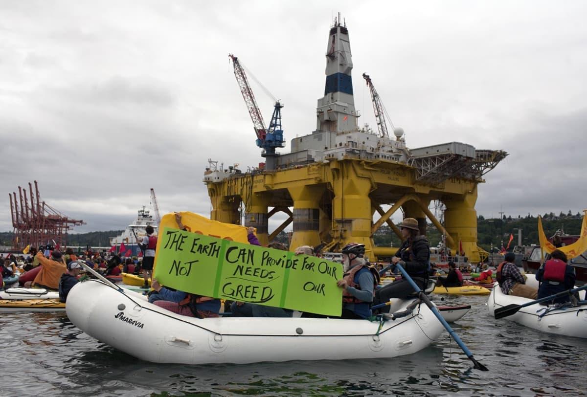 Mielenosoittajat ympäröivät Shellin porauslauttaa toukokuussa 2015 Seattlen edustalla.