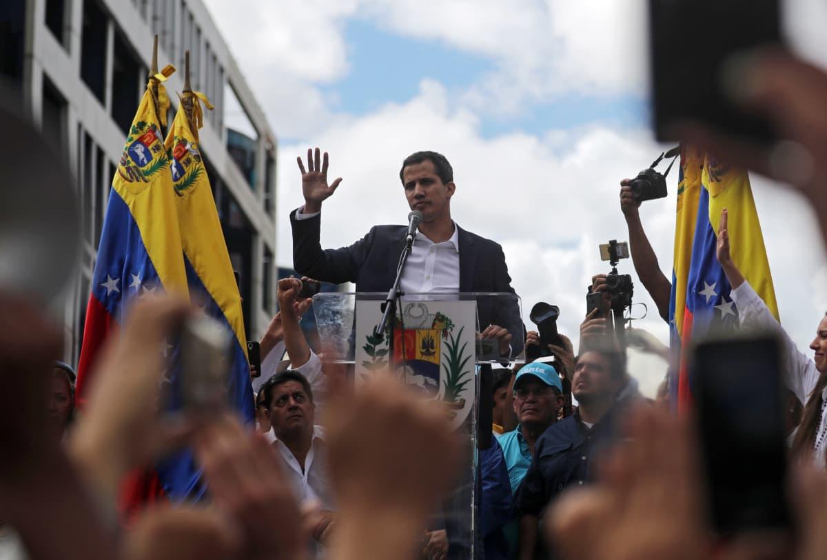Juan Guaidó julistautui Venezuelan virkaa toimittavaksi presidentiksi.