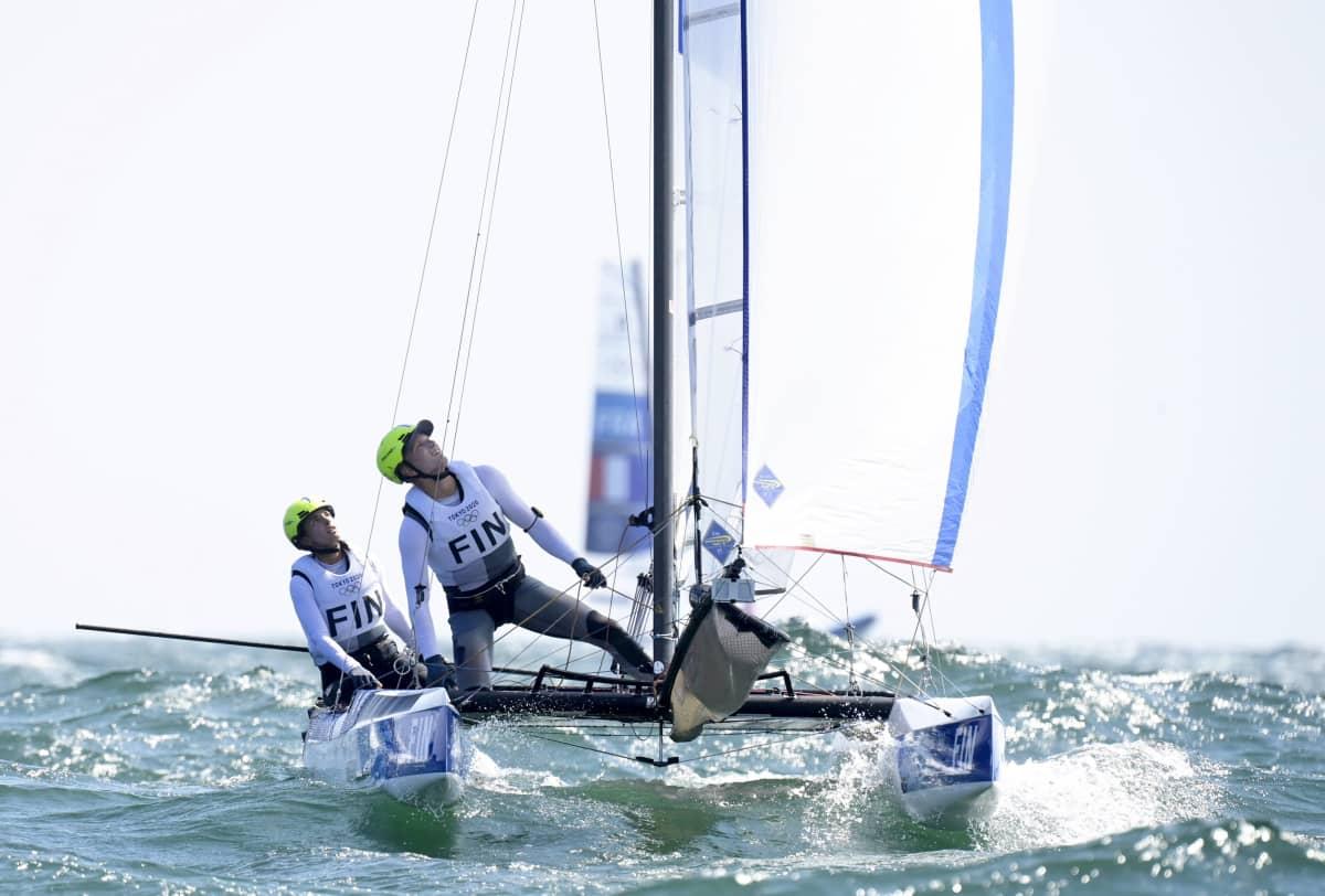 Sinem Kurtbay och Akseli Keskinen seglar.