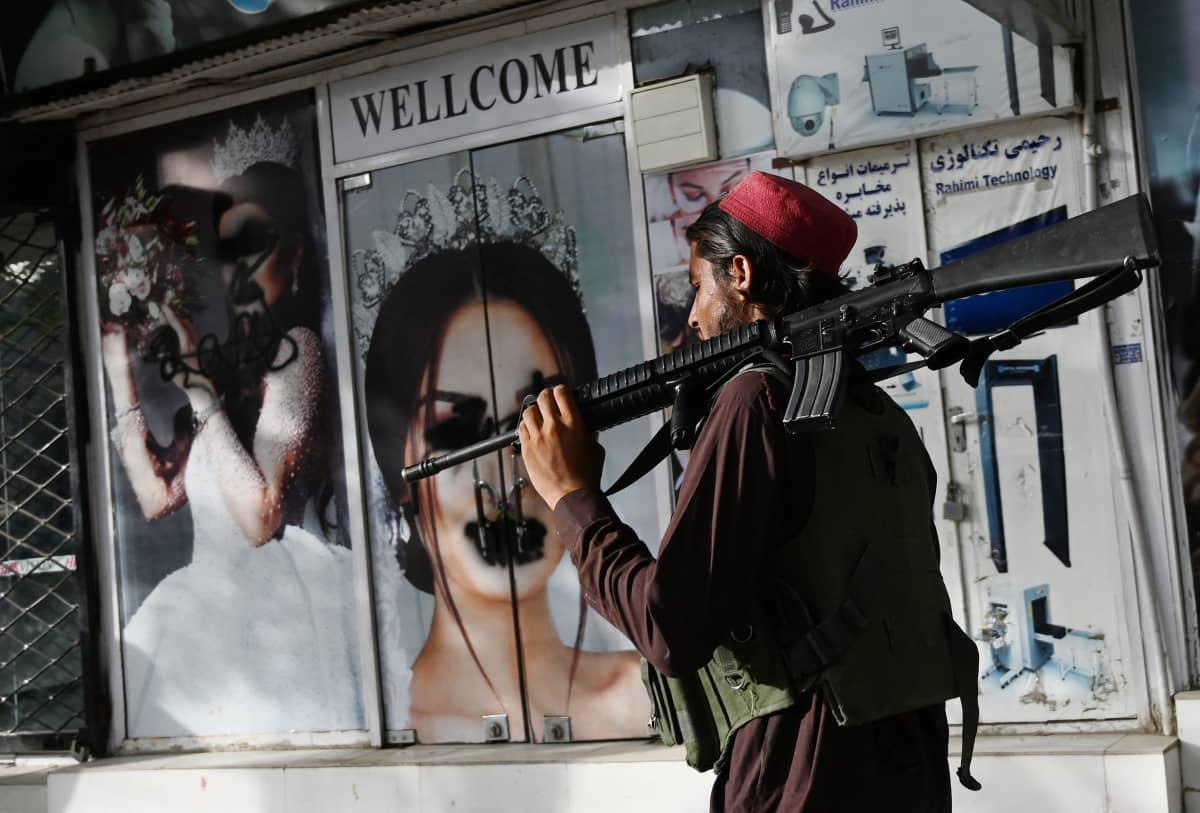 Uusi aika. Talibanit ovat töhrineet naisten kasvoja Kabulin kauneussalonkien mainoskuvista.
