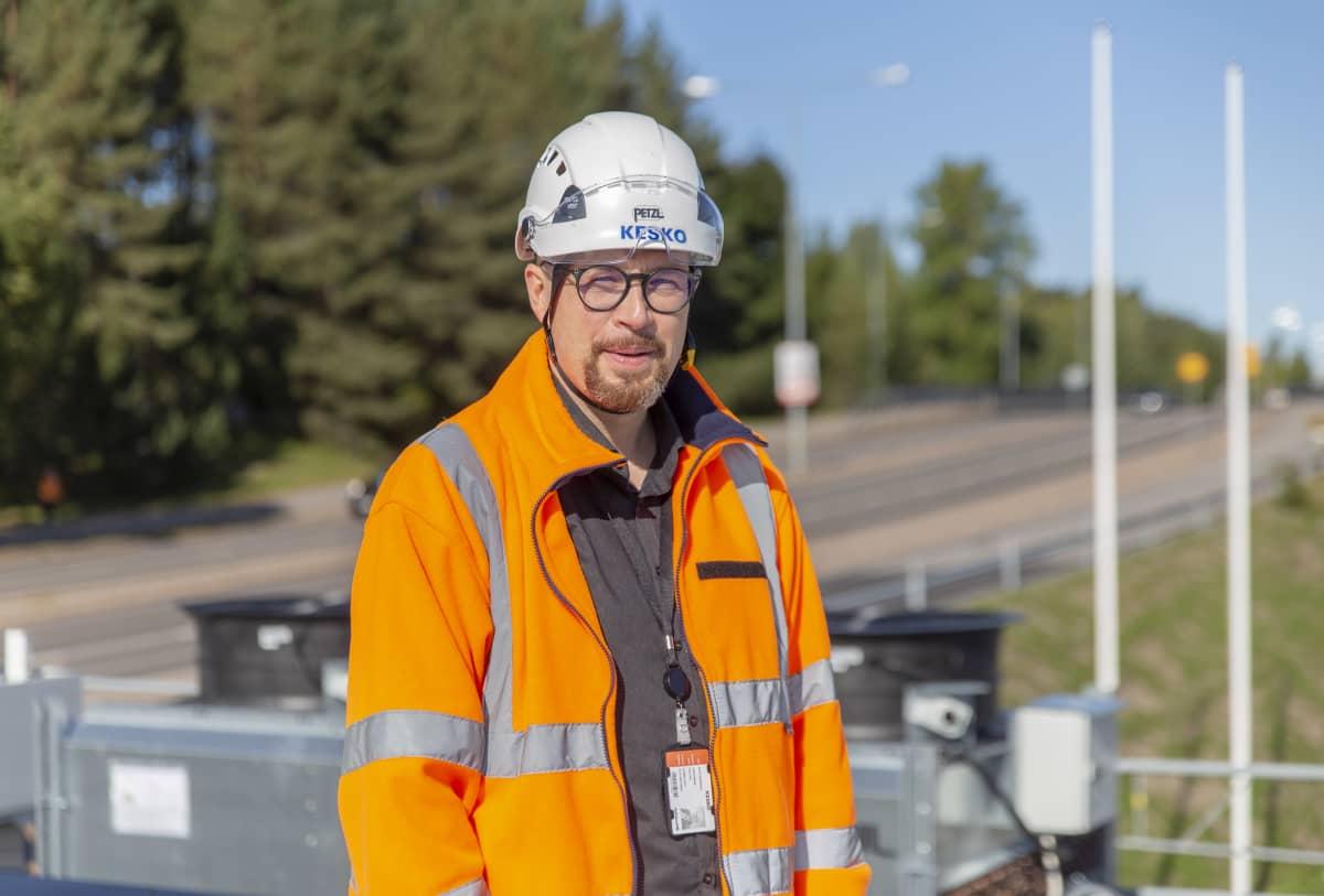 Keskon talotekniikkapäällikkö Antti Kokkonen seisoo Lahteen rakenteilla olevan marketin katolla ja katsoo kameraan.