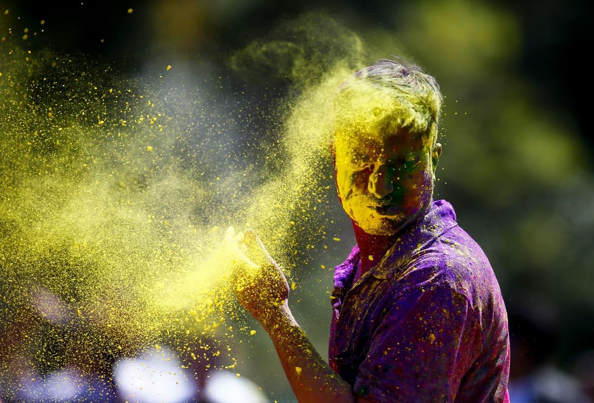 Keltainen väripilvi lentää päin pojan kasvoja.