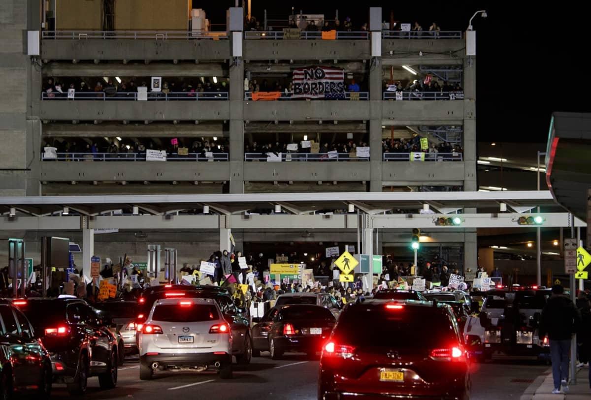 Ihmiset kokoontuvat mielenilmaukseen John F. Kennedyn lentokentälle, New Yorkissa 28. tammikuu 2017.