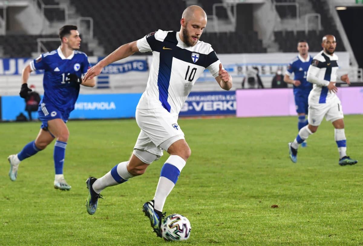 Teemu Pukki kuvattuna MM-karsintaottelussa Bosnia ja Hertsegovinaa vastaan maaliskuun lopussa 2021.