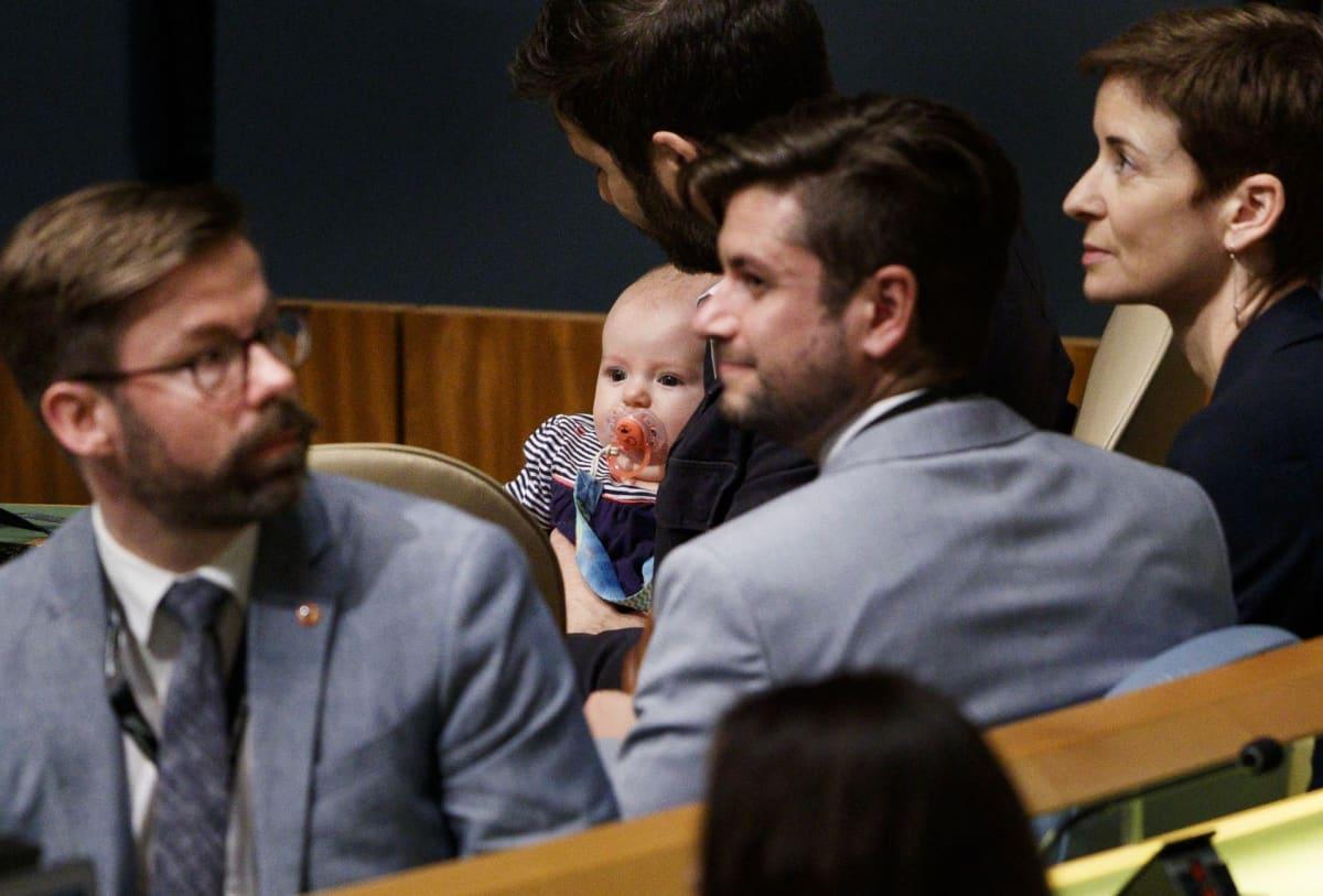 Clarke Gayford pitelee Neve-vauvaa.