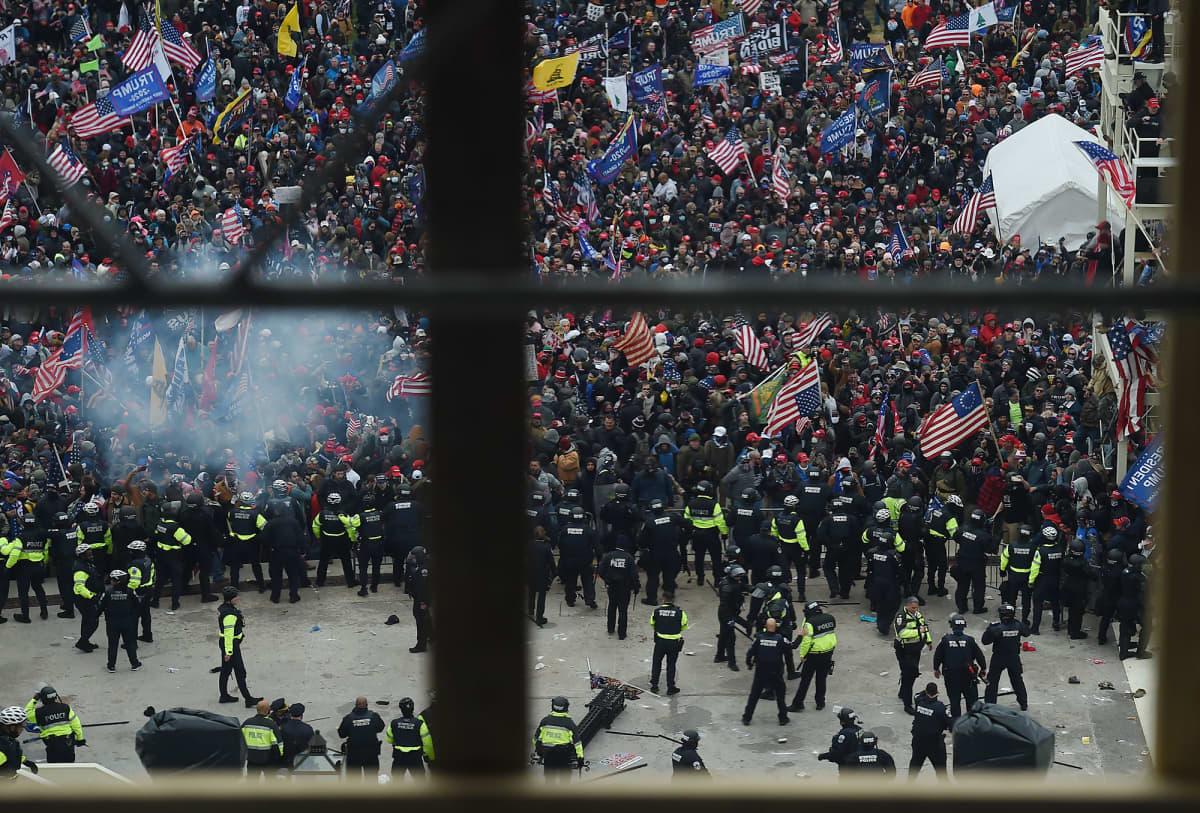 Mielenosoittaja ja poliisi ottivat yhteen Yhdysvaltain kongressitalon ulkopuolella Washington DC:ssä.