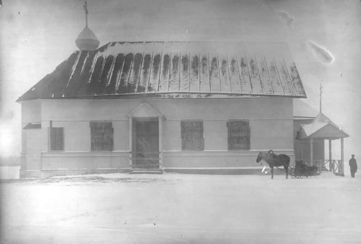 Ensimmäisen leirikirkon vieressä seisoo hevonen