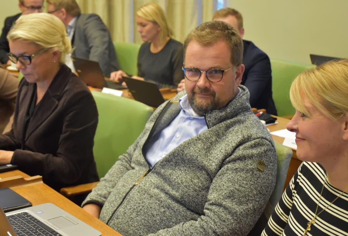 Porin kokoomuksen valtuustoryhmän puheenjohtaja Anttivesa Knuuttila (myös Porin teatterin talous- ja hallintojohtaja)