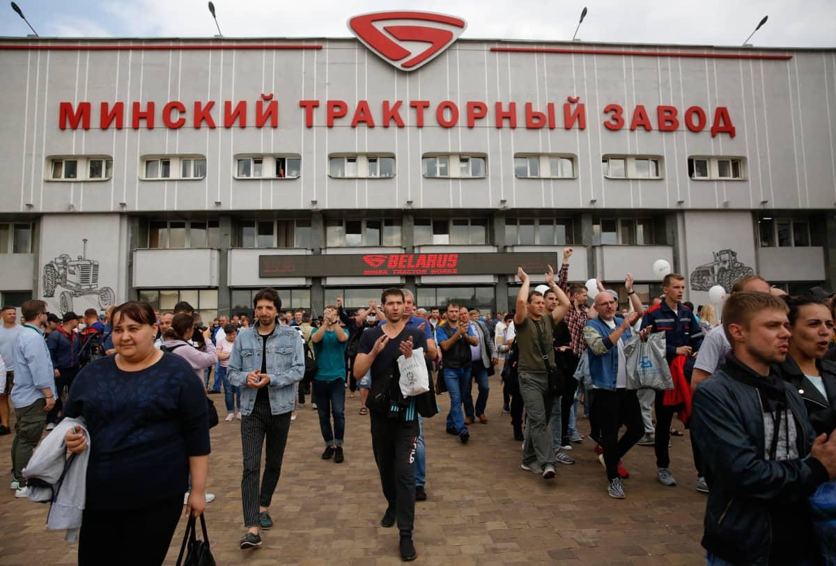 Minskiläisen traktoritehtaan MTZ:n työntekijät liittyivät lakkoliikehdintään ulosmarssilla.
