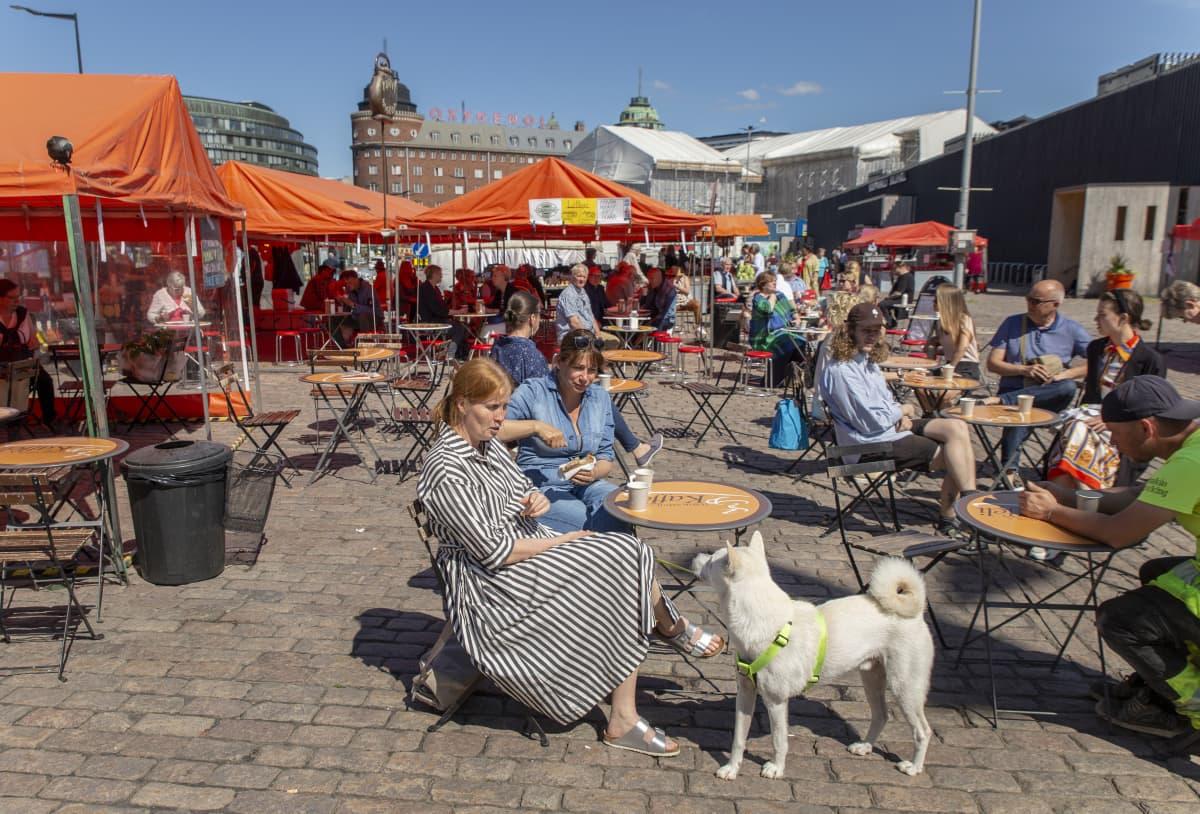Tuula Pöyhönen, Katja Joutsijoki ja Aki-koira nauttivat kesäpäivästä Hakaniemen torilla.