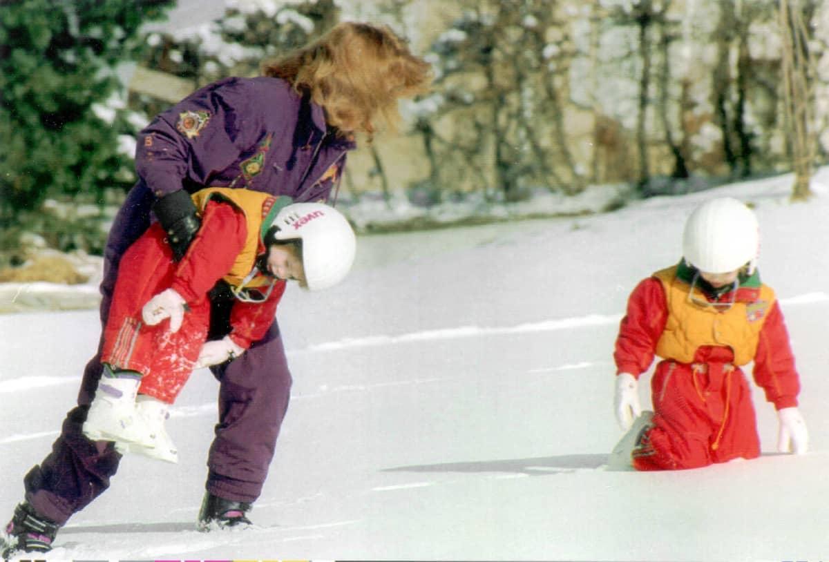 Sarah Ferguson leikkii lapsiensa kanssa lumessa.