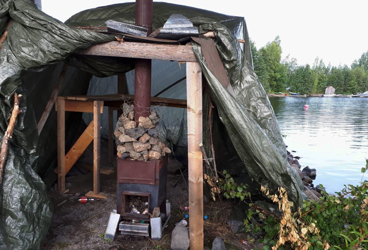 Perssuista väsätty sauna.