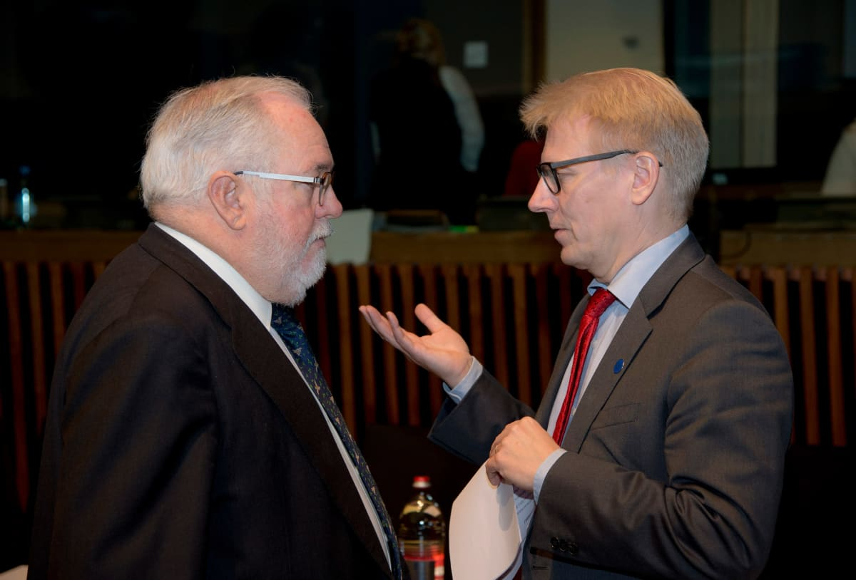 Ilmastokomissaari Miguel Aries Canete ja ympäristöministeri Kimmo Tiilikainen ministerikokouksessa Luxemburgissa perjantaina.