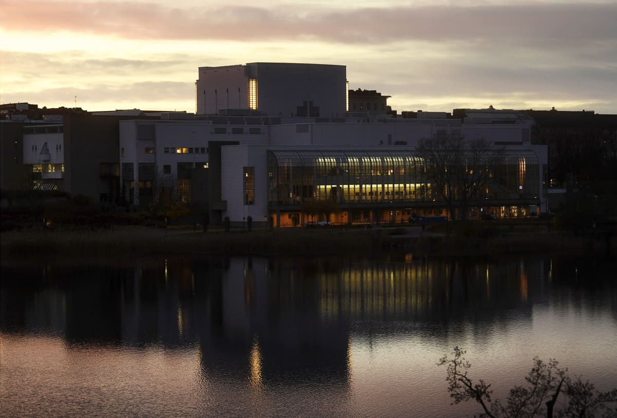 Oopperatalo ja etualalla Töölönlahti Helsingissä illalla 6. marraskuuta 2020.