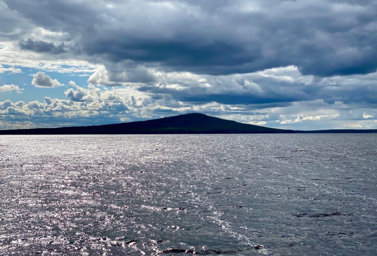 Kemijärveen pistävän niemen kärjessä kohoaa Ämmänvaara, muinaisten saamelaisten palvontapaikka. Tässä Luuksinsalmen sillalta nähtynä heinäkuussa 2020.