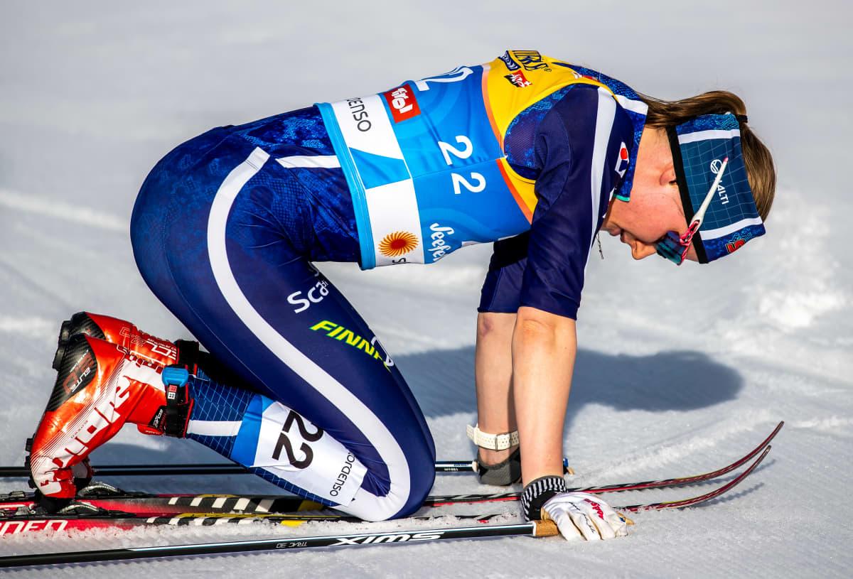 Johanna Matintalo väsyneenä MM-kisojen maalialueella.