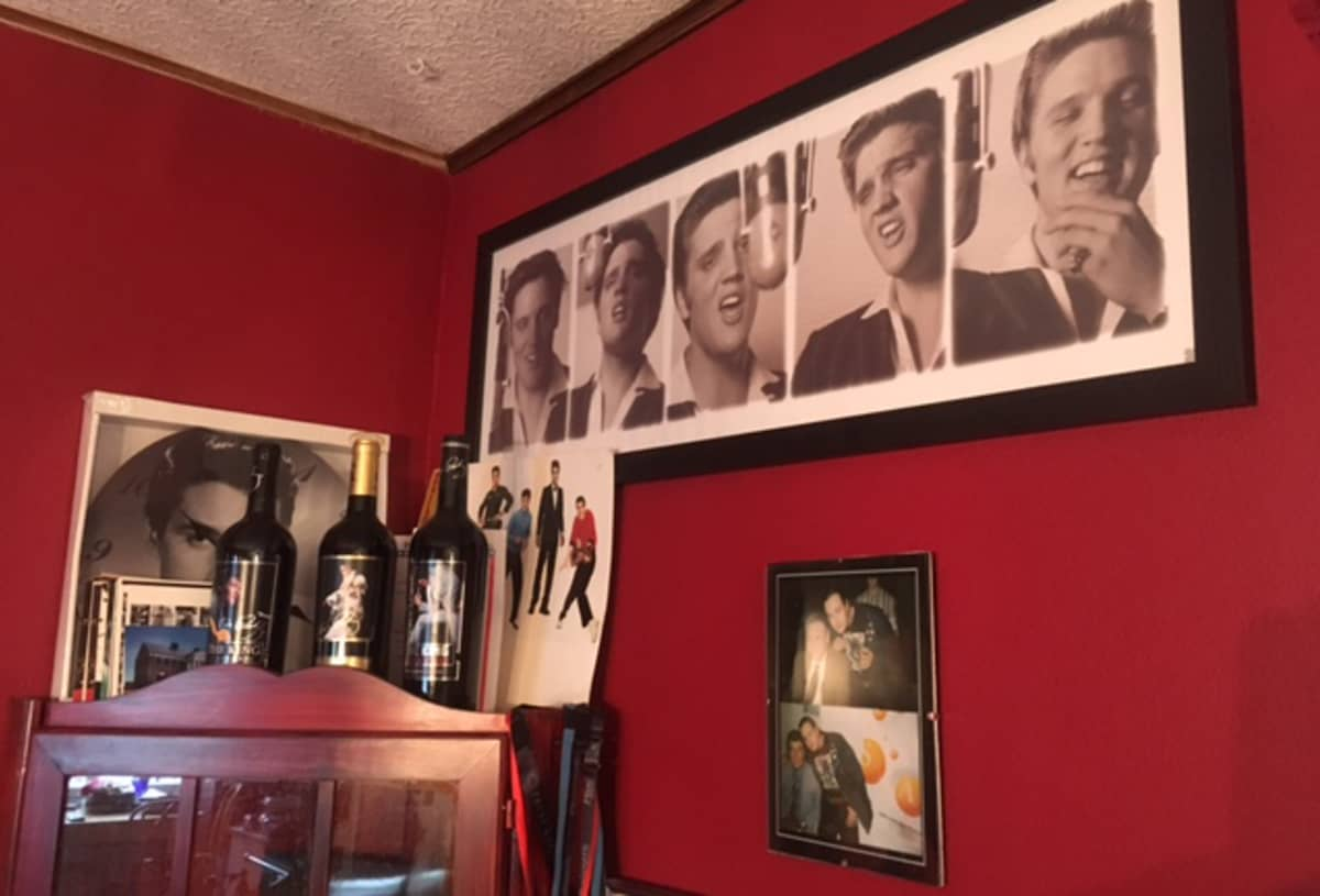 Elvis-tauluja seinillä