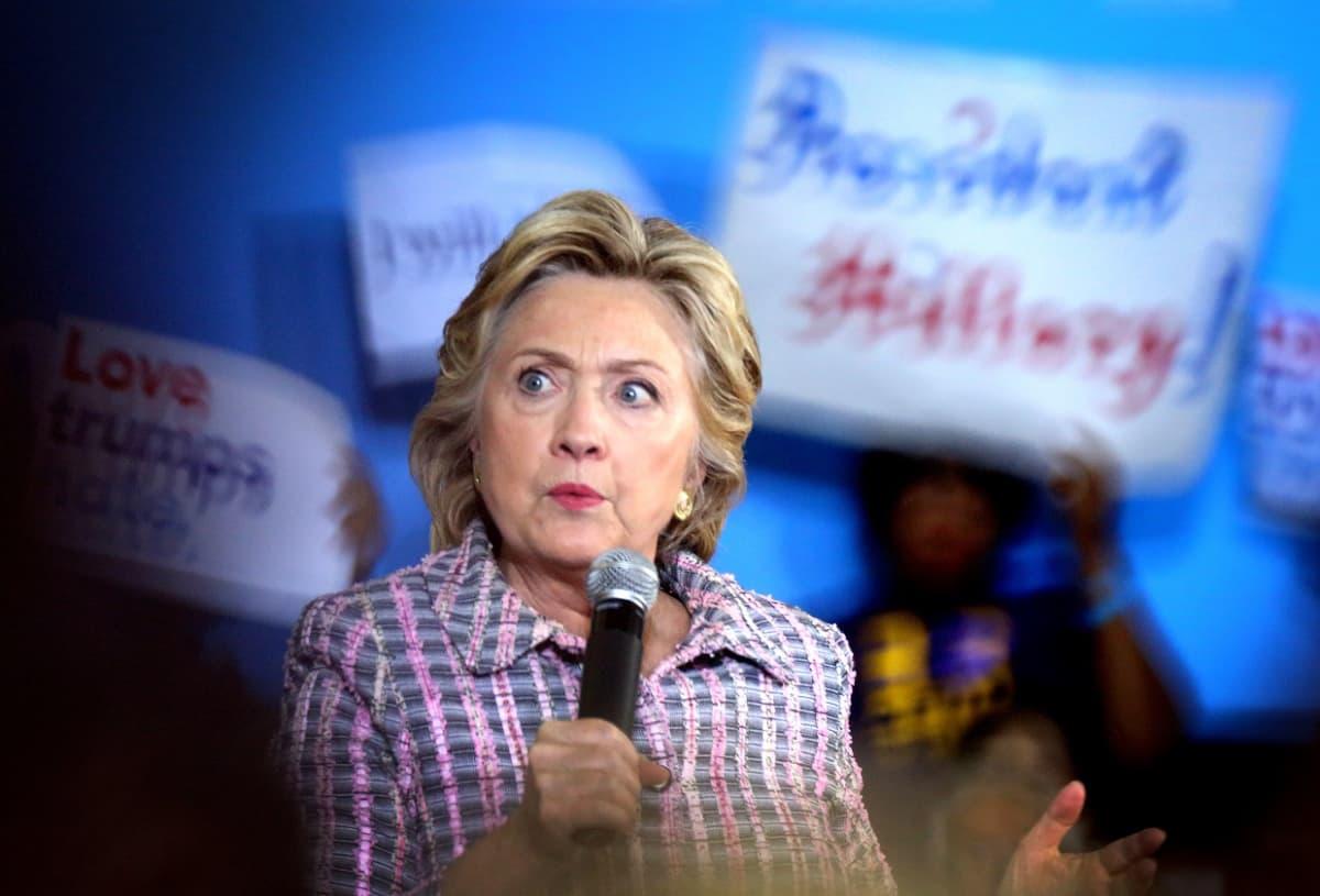 Hillary mikrofoni kädessä.