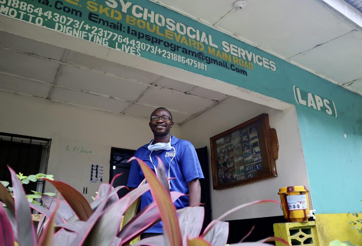 Liberialaisen järjestön LAPSin (Liberia Association of Psychosocial Services) johtaja Seidu Swaray järjestön toimistolla Monroviassa Liberiassa 27. helmikuuta.