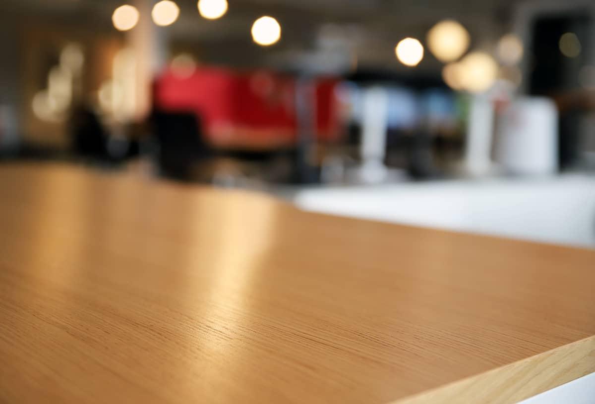 Lähikuva pöydän puisesta pinnasta.