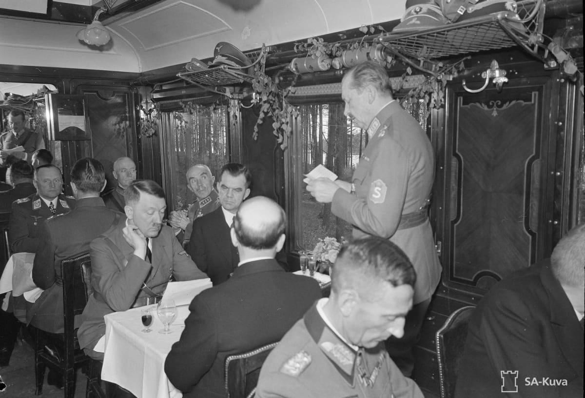 Marsalkka Mannerheim puhuu Adolf Hitlerille