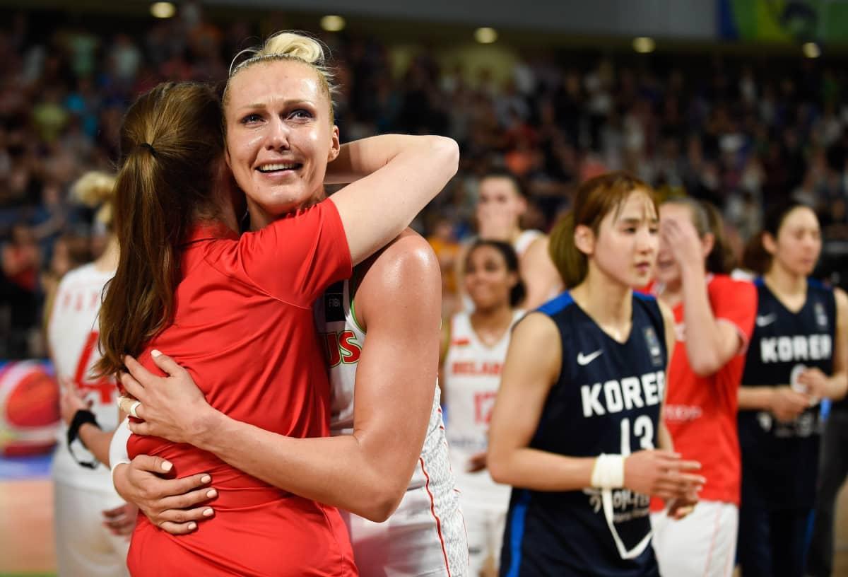 Jelena Levtshenko kuului vuosia Valko-Venäjän koripallomaajoukkueen kantaviin voimiin. Kuvassa sentteri juhlii maajoukkueen pääsyä Rion olympialaisiin 2016.