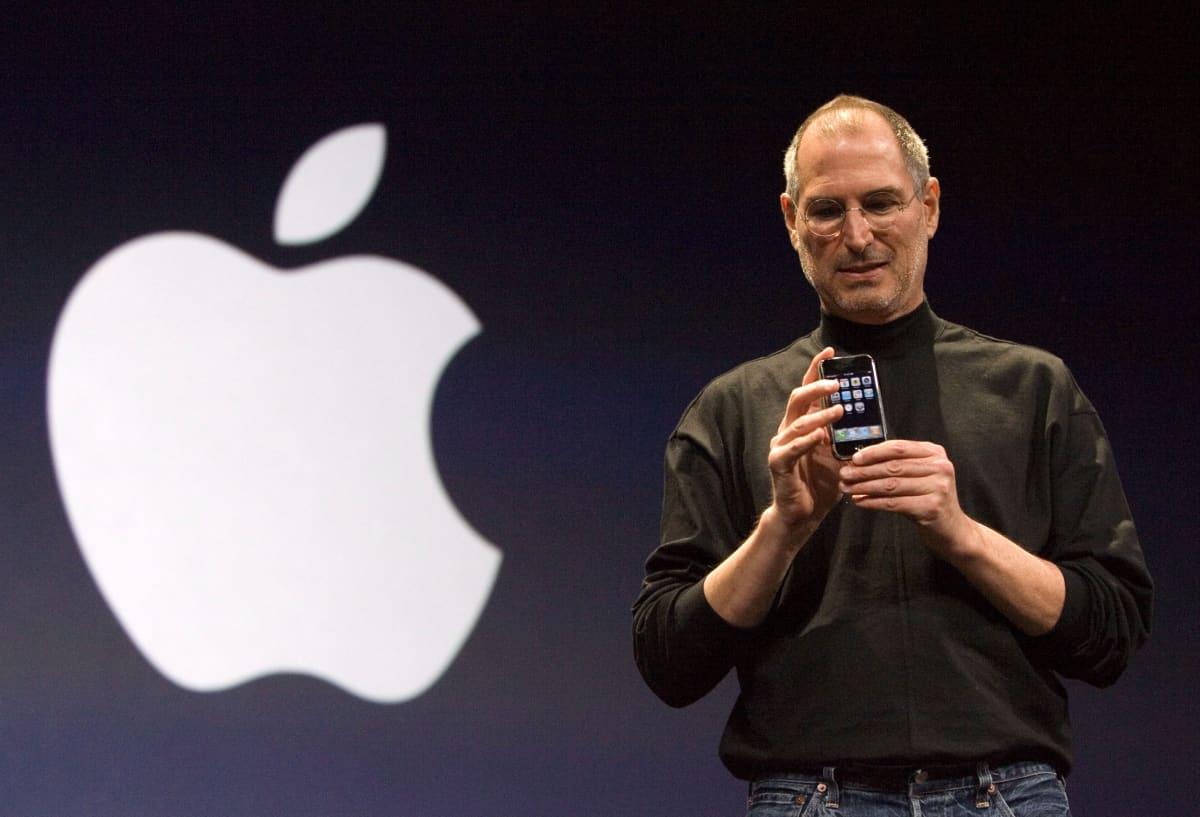Applen toimitusjohtaja Steve Jobs pitää kädessään ensimmäistä iphone-puhelinta.