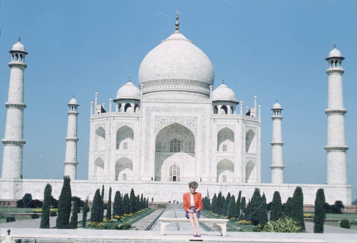 Diana istuu yksin penkillä takanaan Taj Mahal.