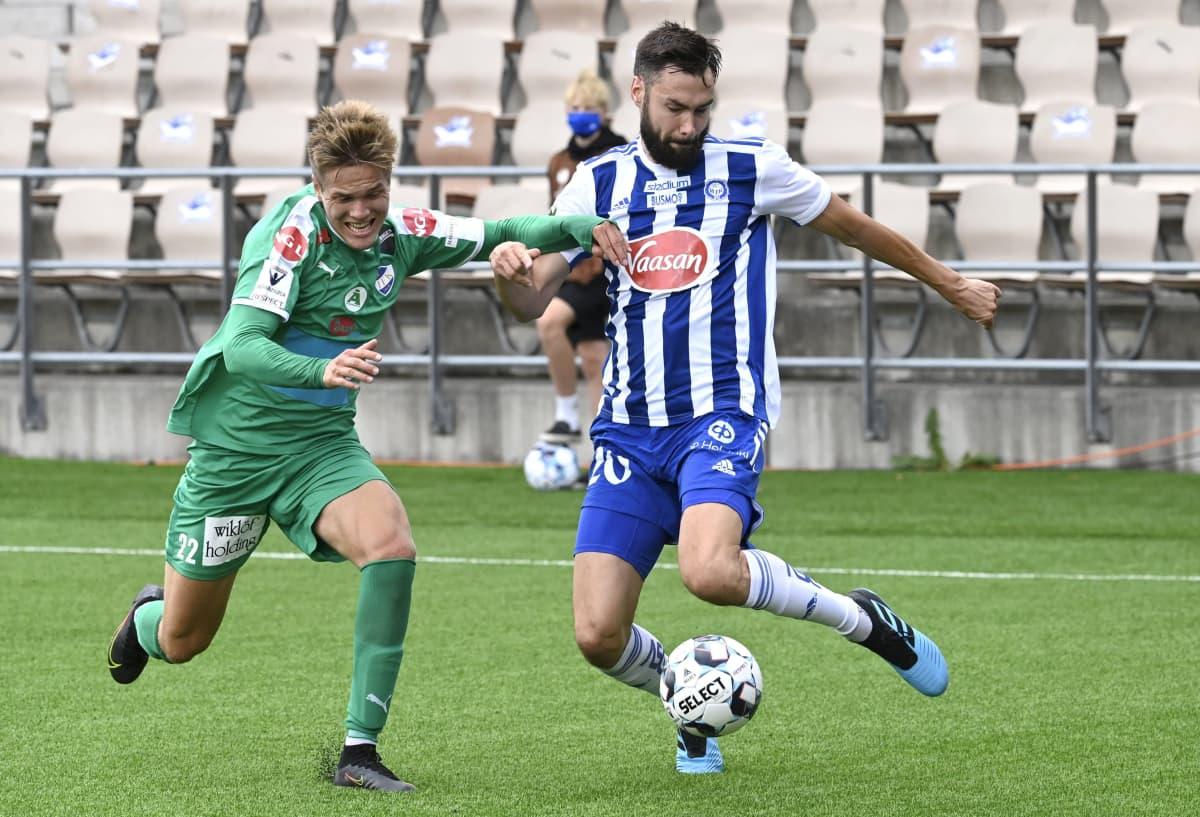 HJK:n (oik.) Tim Sparv ja IFK Mariehamnin Aapo Mäenpää Veikkausliigan ottelussa.