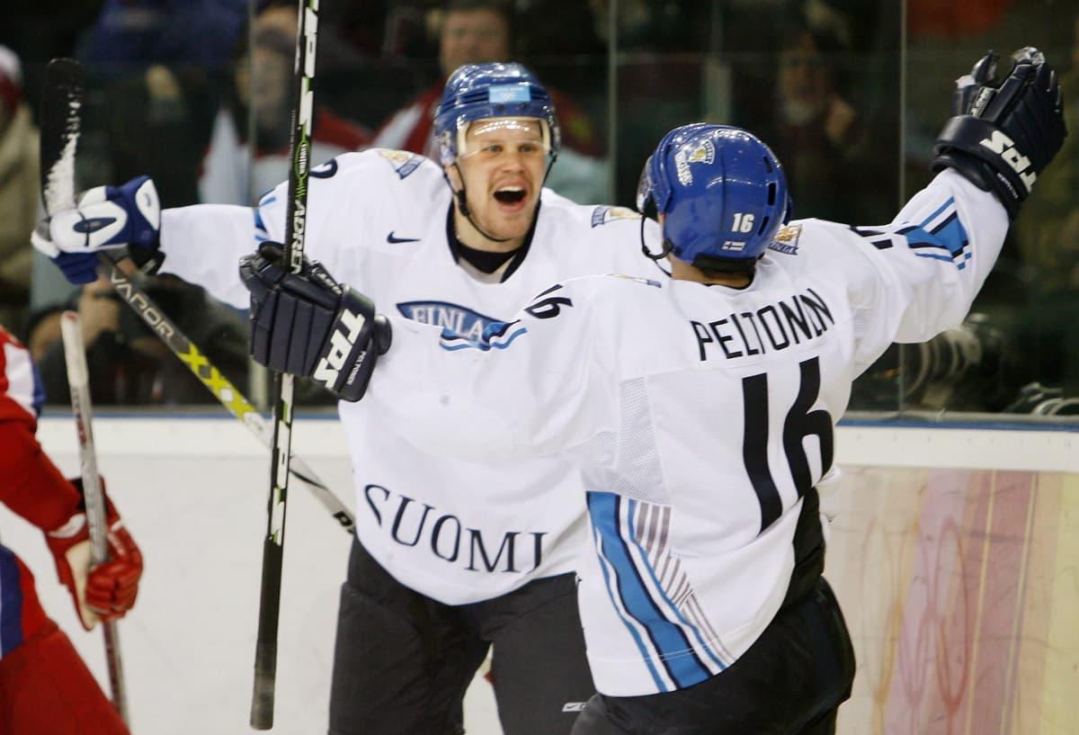 Ville Peltonen ja Olli Jokinen Leijonien paidassa Torinon olympialaisissa.