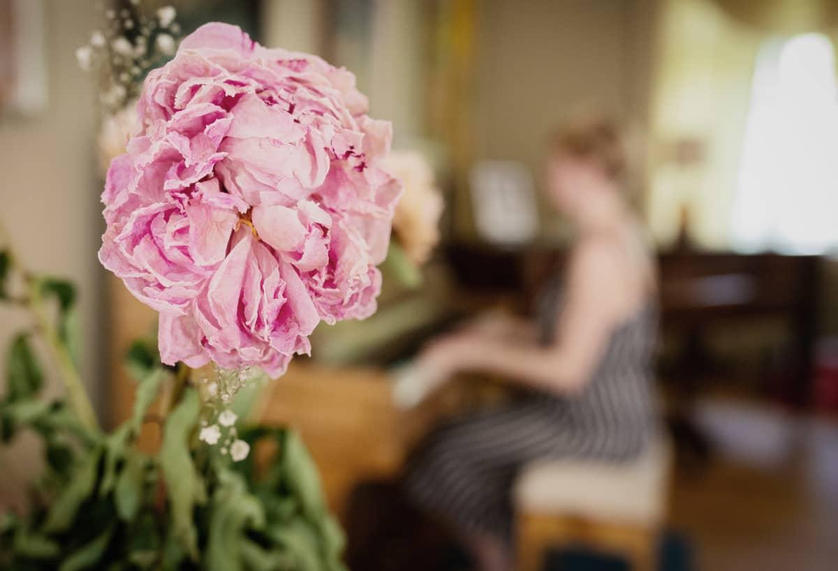 Kirjailija Marianna Kurtto soittaa pianoa Eeva Joenpellon kirjailijakoti-residenssissä..