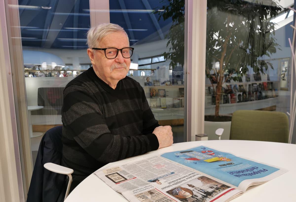 Pekka Vuorenmaa lukee lehteä
