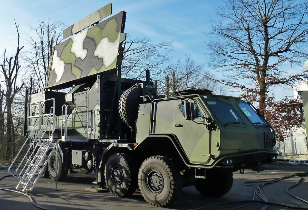Ilmavoimat hankkii 12 kappaletta ranskalaisia GroundMaster 403 keskimatkan ilmavalvontatutkia. Tutkaa voidaan siirtää paikasta toiseen maastokuorma-autolla.