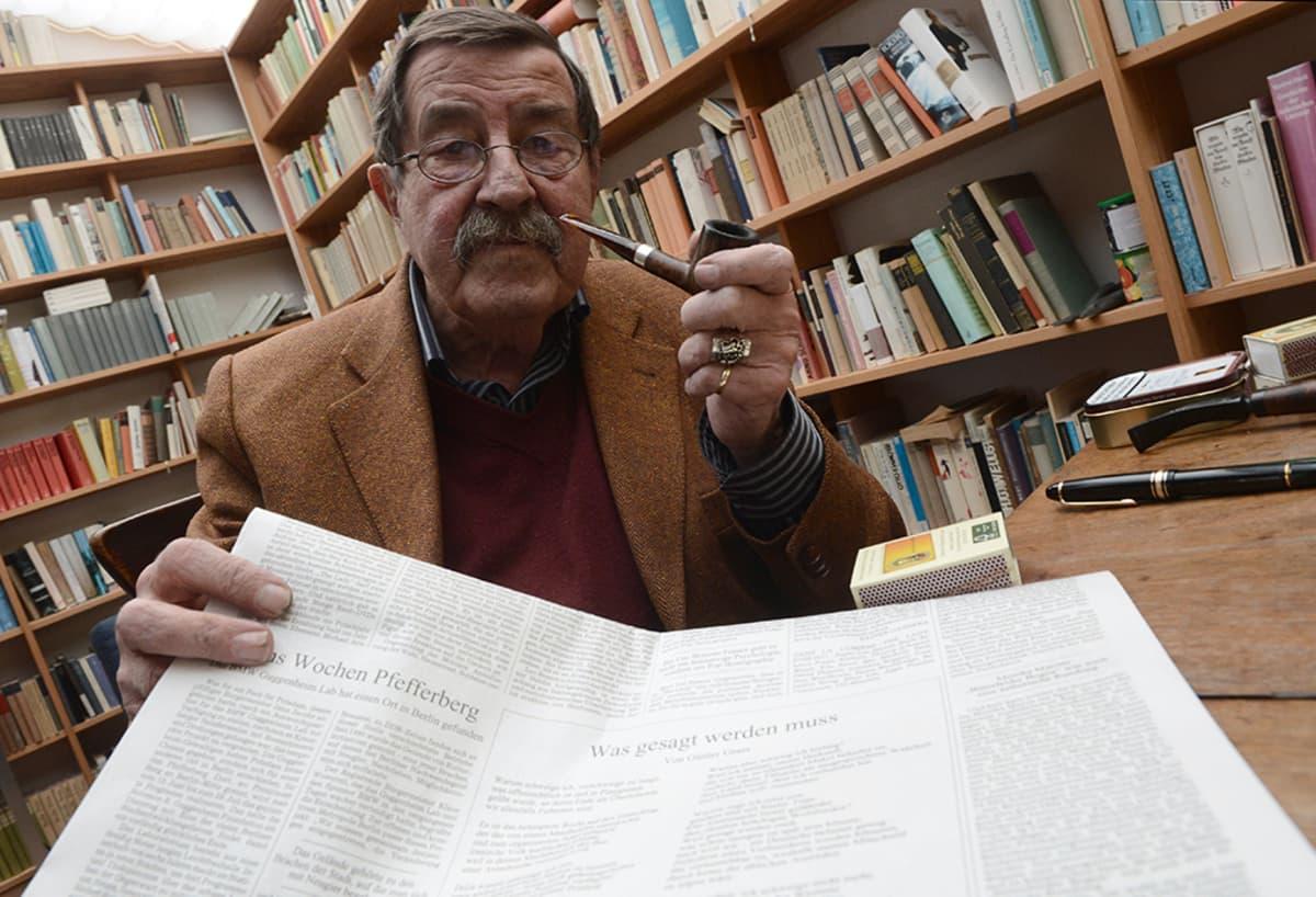 Günter Grass pitelemässä Süddeutsche Zeitung sanomalehteä, jossa hänen kohuttu runo Was gesagt werden muss julkaistiin 4. huhtikuuta 2012.