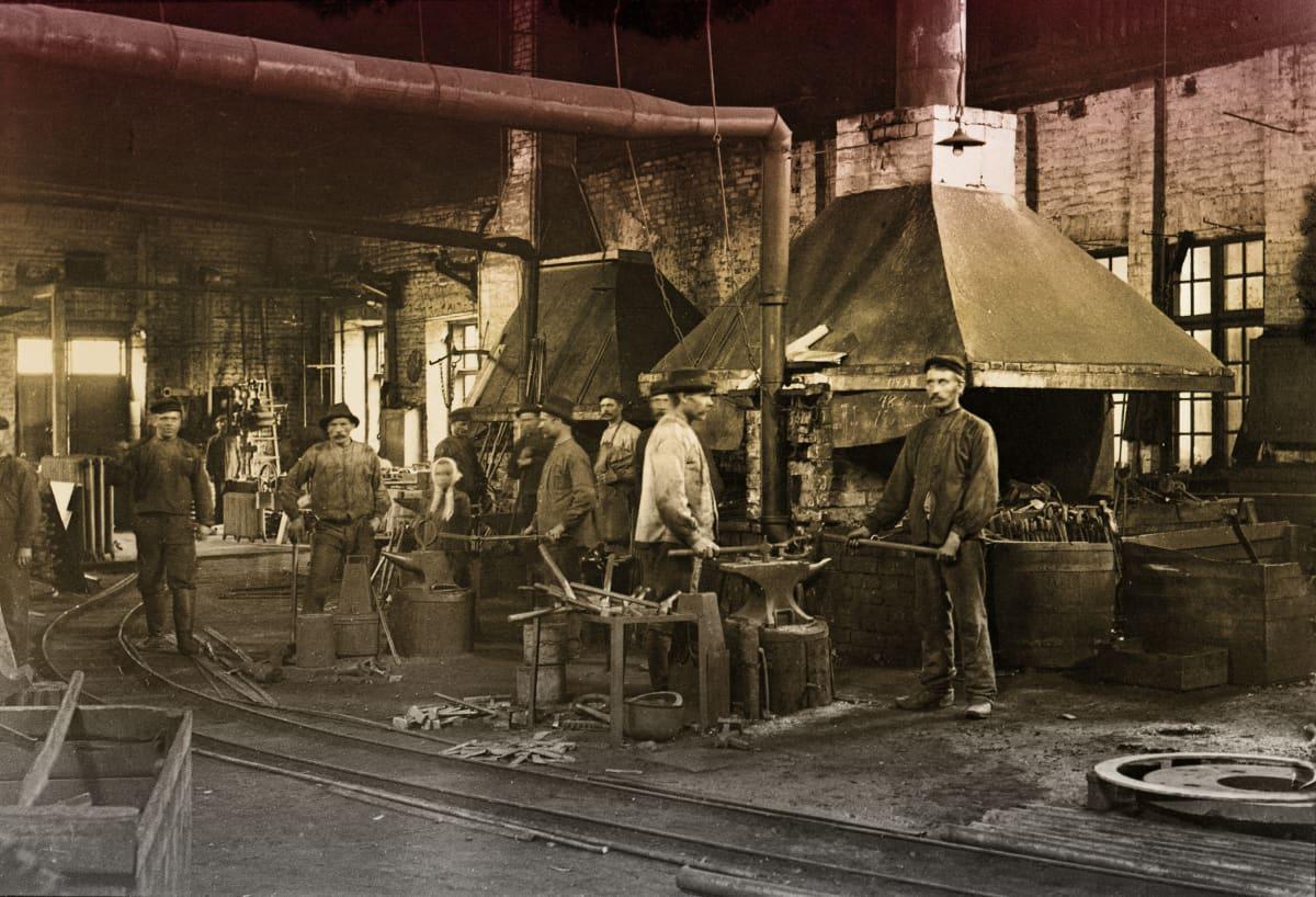 Högforsin takomo ja sen työntekijöitä vuonna 1905.