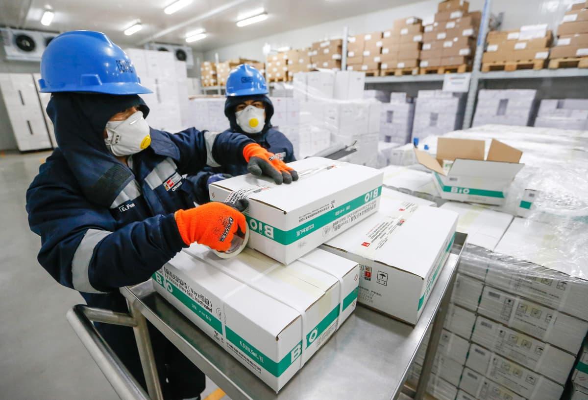 Terveydenhoitohenkilökunta valmistelee rokoteannoksia 8. helmikuuta Limassa.