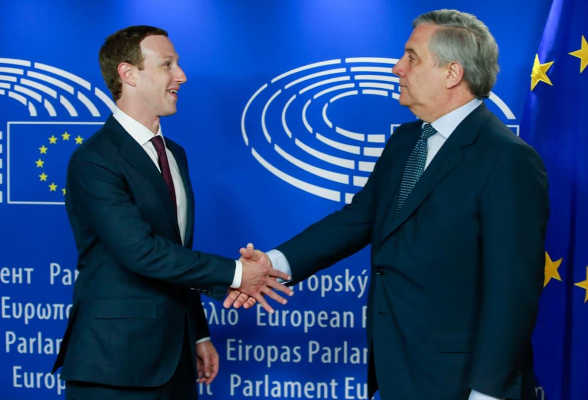 Facebookin Mark Zuckerberg ja europarlamentin puheenjohtaja Antonio Tajani kättelevät.
