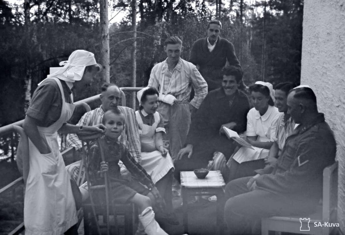 Suomalaisnaisia saksalaisten sotilassairaalassa.