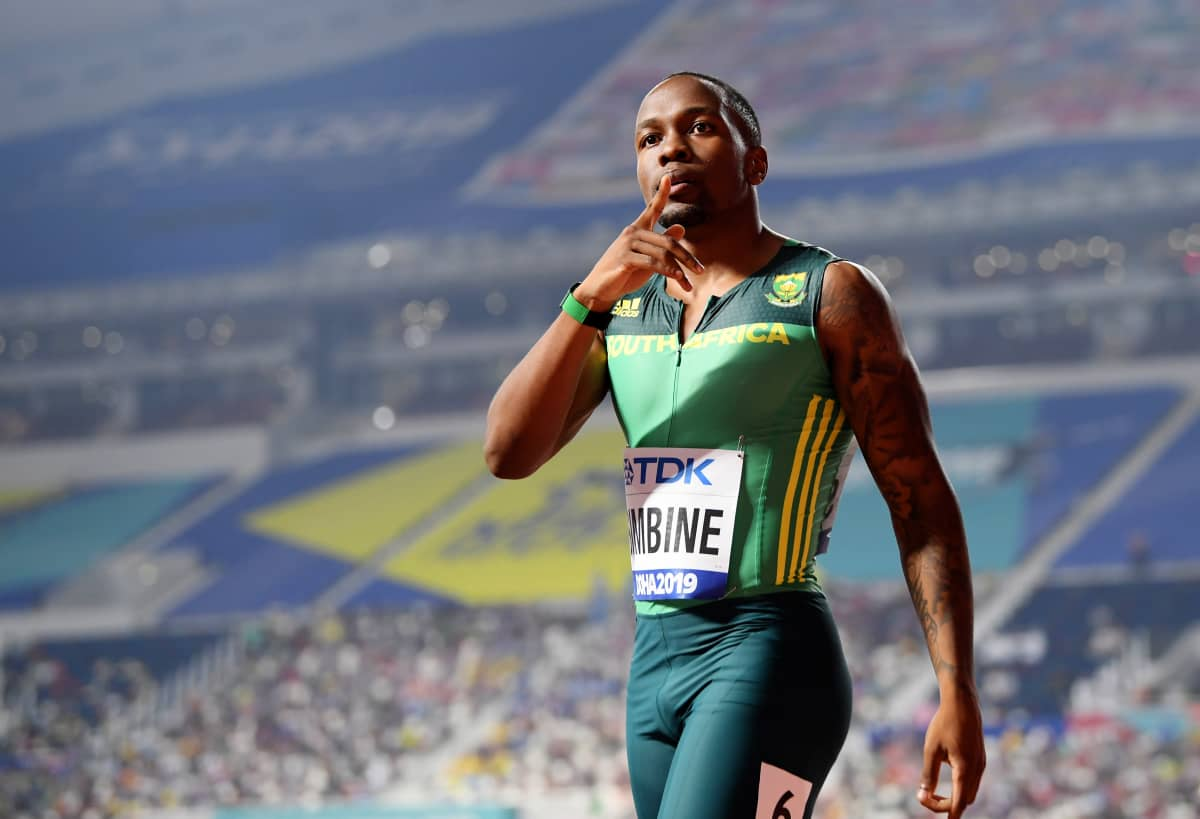 Pikajuoksija Akani Simbine sormi huulillaan hiljaisuuden merkiksi Dohan MM-kisojen 100 metrin välierän jälkeen.