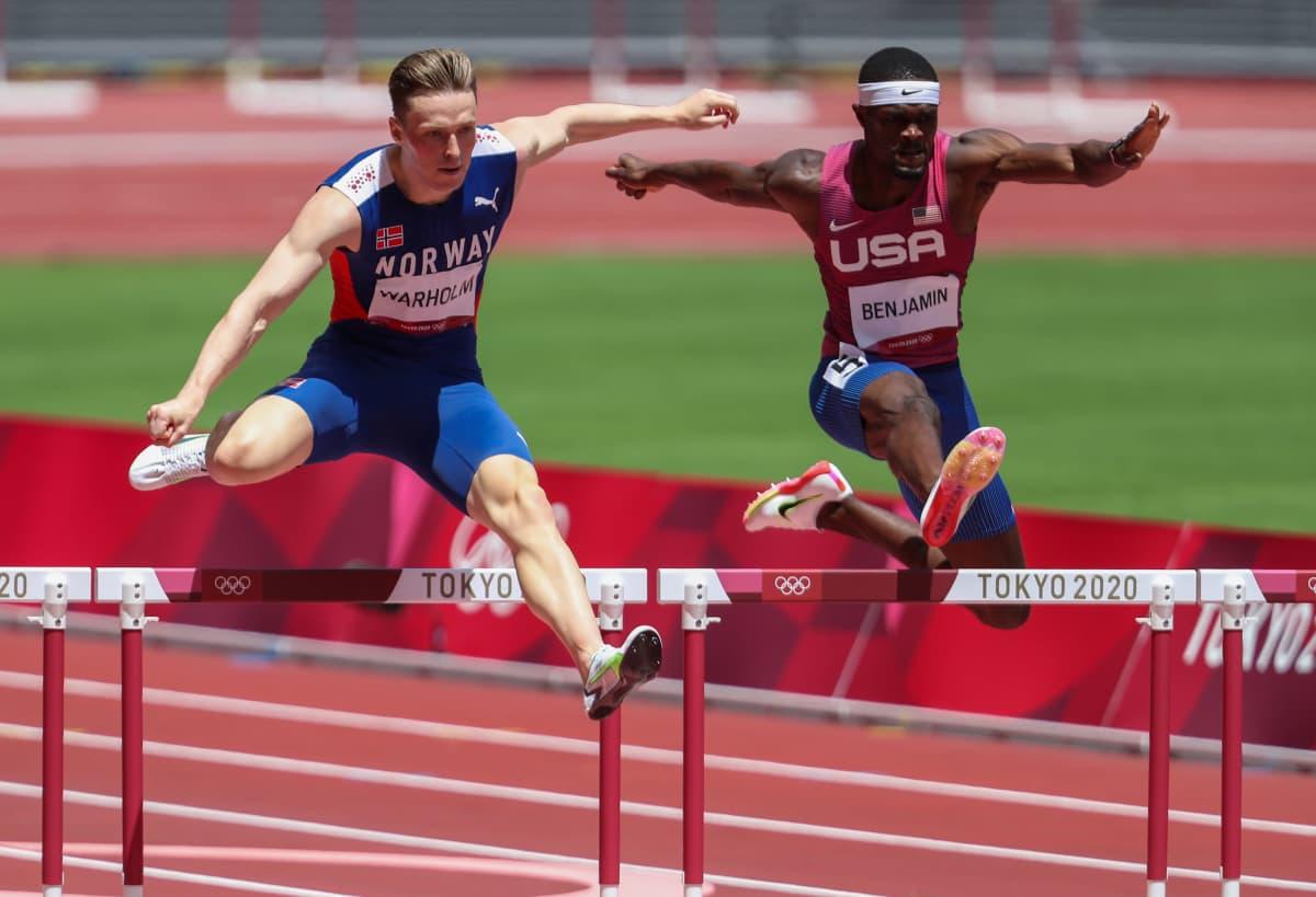 USA:n Rai Benjamin ja Karsten Warholm kamppailevat olympiavoitosta.